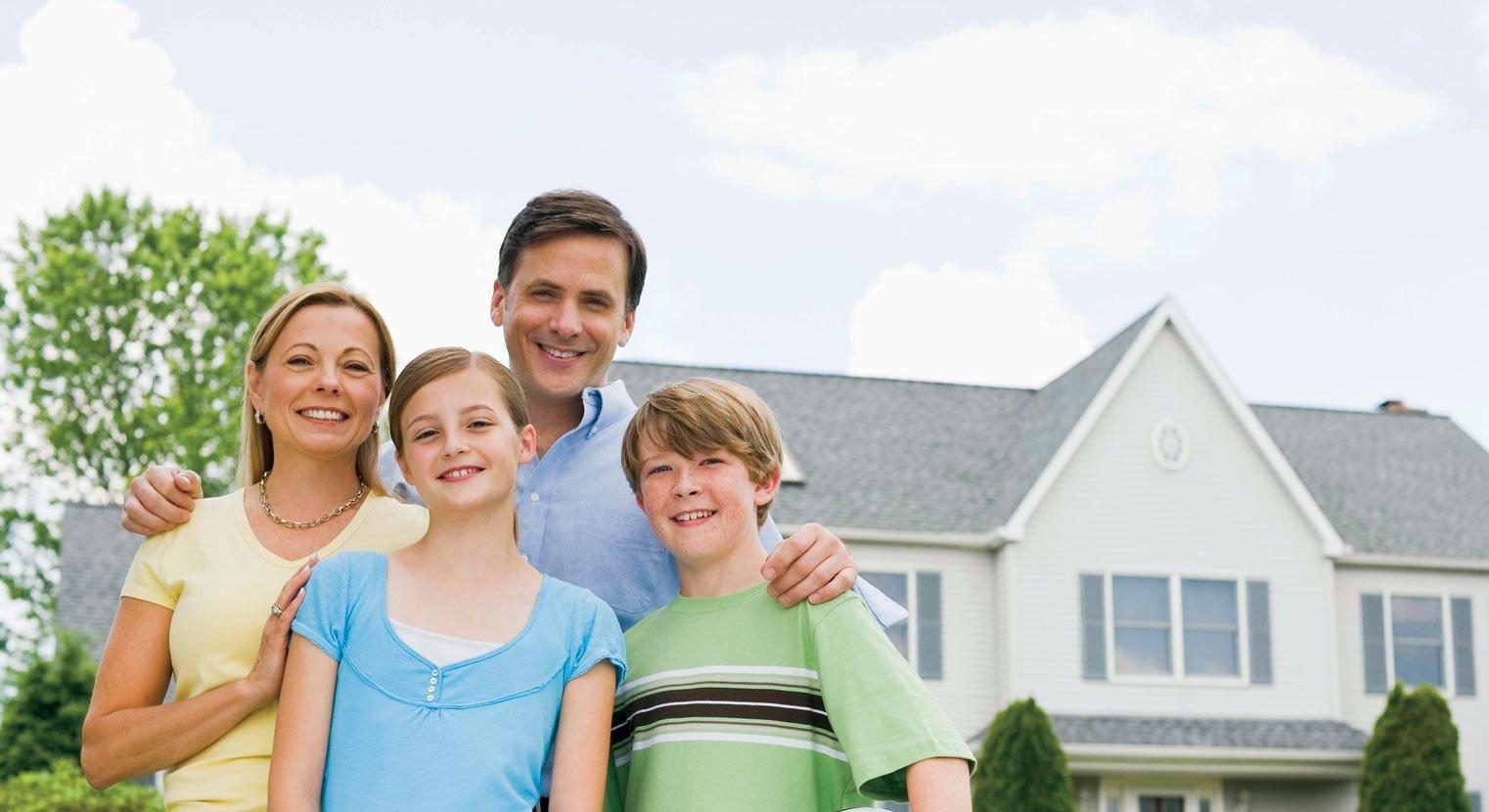 Фото счастливых семей с детьми на фоне дома